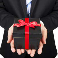 Муниципальным служащим разрешили выкупать полученные на официальных мероприятиях подарки